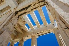 Столбцы Парфенона на предпосылке неба стоковая фотография rf