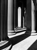 Столбцы сбоку St Georges Hall создавая тени стоковое изображение rf
