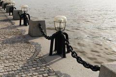 Столбцы с цепями на обваловке Стоковое Изображение RF