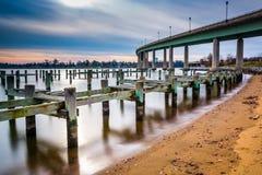 Столбы пристани в реке Severn и мосте военно-морского училища, внутри стоковое фото rf