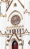 Столб лампы дверью церков Стоковое фото RF