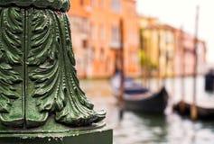 Столб лампы литого железа с гондолами на грандиозном канале, Венеции, ем Стоковое Фото