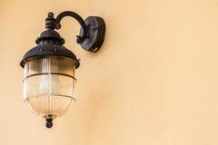 Столб лампы дома на стене siding Стоковая Фотография