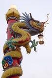 Столб лампы статуи дракона в Khon Kaen Таиланде Стоковая Фотография