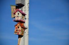 Столб лампы с домом starling. Стоковая Фотография RF