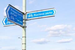 Столб знака для бизнес-парков, начальная школа, авиаполе, велосипедист Стоковая Фотография