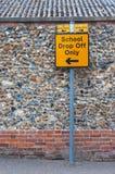 Столб знака для школы падает только на дорогу Великобритании Стоковое Изображение RF