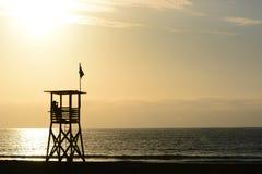 Столб личной охраны на северном пляже Arica Чили стоковые изображения