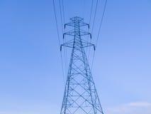 Столб и кабель электричества направляют к фабрике Стоковое Фото
