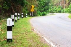Столб километра и дорога кривой стоковые изображения rf