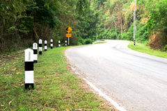 Столб километра и дорога кривой стоковое изображение