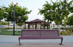 Столб скамейки в парке и газебо светлый Стоковые Изображения RF