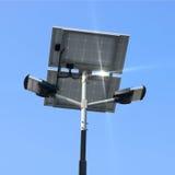 Столб уличного фонаря с энергией панели солнечных батарей против предпосылки голубого неба Стоковые Фотографии RF