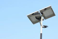Столб уличного фонаря с энергией панели солнечных батарей против предпосылки голубого неба Стоковое Фото