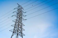 Столб электричества напряжения тока высоты на голубом небе стоковые изображения