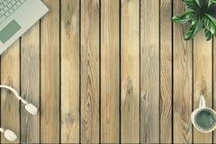 Стол взгляд сверху деревянный с компьтер-книжкой, цветком, наушниками, чашкой coffe иллюстрация 3d Стоковое Фото
