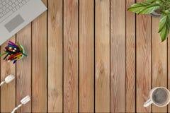 Стол взгляд сверху деревянный с компьтер-книжкой, цветком, наушниками, чашкой coffe иллюстрация 3d Стоковые Фото