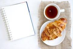 Столешница белой книги кофе чашки круассана Стоковое Изображение RF