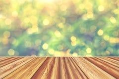 Столешница деревянной доски пустая с запачканной предпосылкой bokeh Стоковые Изображения RF