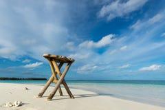 Столешница круглой древесины на предпосылке пляжа - смогите быть использовано для сместите стоковые фото