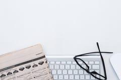 Стол дела и серебристая клавиатура Стоковая Фотография