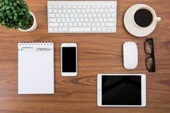 Стол дела с клавиатурой, мышью и ручкой Стоковые Изображения