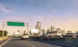 Столица городской Бангкок с башней здания на скоростной дороге моста Стоковое Изображение RF
