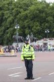 Столичный изменять полицейския и туриста ждать церемониальный Лондона защищает, Лондон, Великобритания Стоковое Изображение
