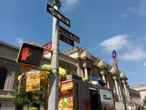 Столичный музей изобразительных искусств, встреченный, 5-ый бульвар, миля музея, восточная 81st улица, знаки улицы, Нью-Йорк, США Стоковое Фото