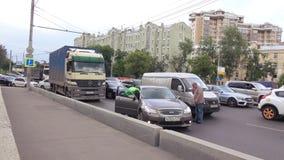 Столкновение автомобилей в заторе движения сток-видео