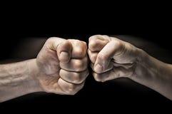 Столкновение 2 кулаков стоковые фото