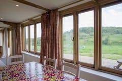 Столовая Windows дома с взглядом природы Outdoors Стоковые Фото
