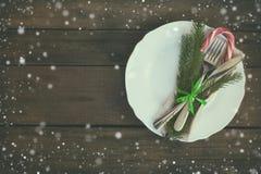 Столовый прибор украшения рождества на старой деревянной коричневой предпосылке Стоковое Фото