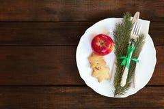 Столовый прибор украшения рождества на старой деревянной коричневой предпосылке Стоковые Изображения RF