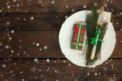 Столовый прибор украшения рождества на старой деревянной коричневой предпосылке Стоковая Фотография