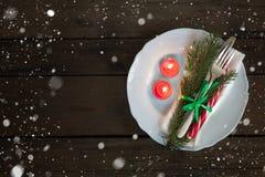 Столовый прибор украшения рождества на старой деревянной коричневой предпосылке Стоковые Изображения