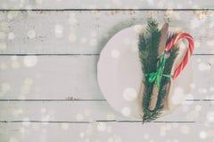 Столовый прибор украшения рождества на старой деревянной предпосылке Стоковая Фотография