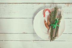 Столовый прибор украшения рождества на старой деревянной предпосылке Стоковые Фото