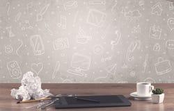 Стол офиса дизайна с предпосылкой чертежей Стоковое Изображение RF