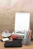 Стол офиса: кофе с телефоном, бумажником, календарем, коробкой карандаша цвета Стоковое Изображение