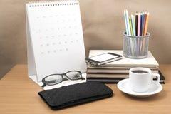 Стол офиса: кофе с телефоном, бумажником, календарем, коробкой карандаша цвета Стоковое Изображение RF