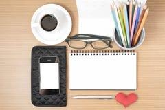 Стол офиса: кофе с телефоном, бумажником, календарем, коробкой карандаша цвета Стоковые Изображения RF