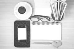 Стол офиса: кофе с телефоном, бумажником, календарем, коробкой карандаша цвета Стоковая Фотография RF