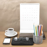 Стол офиса: кофе с телефоном, бумажником, календарем, коробкой карандаша цвета Стоковые Фотографии RF
