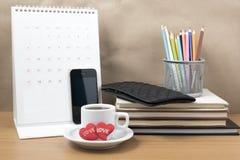Стол офиса: кофе с телефоном, бумажником, календарем, сердцем, penc цвета Стоковые Фотографии RF