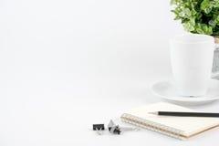 Стол офиса места для работы на белой предпосылке Стоковые Изображения