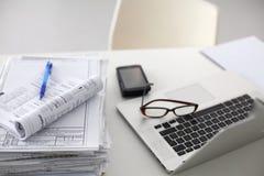 Стол офиса стог отчетов о бумаги компьютера работает Стоковое Фото
