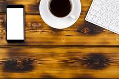 Стол офиса с космосом экземпляра Приборы беспроводная клавиатура, мышь и планшет цифров с пустым экраном на, который сгорели дере стоковые изображения rf