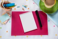Стол офиса с кофейной чашкой и тетрадью на красочной предпосылке Стоковая Фотография RF
