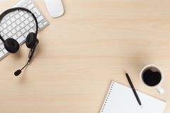 Стол офиса с шлемофоном Поддержка центра телефонного обслуживания Стоковое Изображение